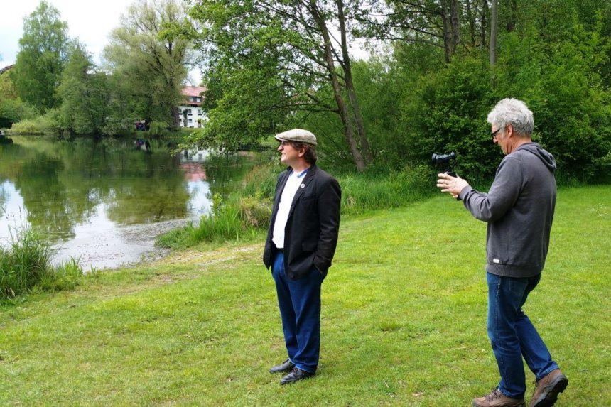 Anton G. Leitner und Jörg Reuther beim Dreh am Weßlinger See. Foto: DAS GEDICHT