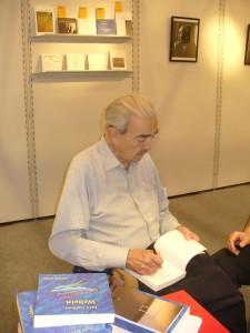 Juan Gelman signiert seine zweisprachige Neuerscheinung »Welteln« (Mundar). Foto: Delta-Archiv.