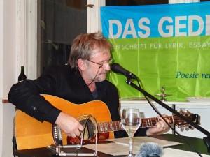 Salli Sallmann an der Gitarre. Foto: DAS GEDICHT