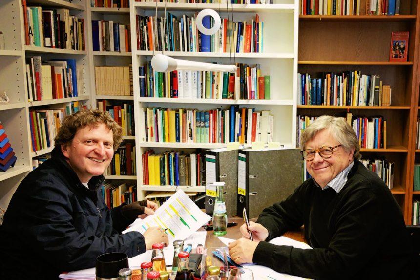 Anton G. Leitner und Fitzgerald Kusz bei der Auswahlsitzung für den Lyrikteil von DAS GEDICHT Bd. 24. Foto: DAS GEDICHT