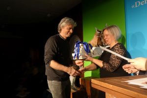 Reinhard Giebelhausen nimmt den Publikumspreis (2. Platz) entgegen. Foto: DAS GEDICHT