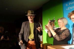 Nikolaus Högel nimmt den Publikumspreis (1. Platz) entgegen. Foto: DAS GEDICHT