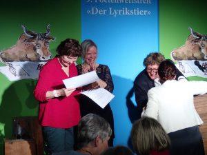 Regine Juhls erhält den Teilnehmerpreis. Foto: DAS GEDICHT