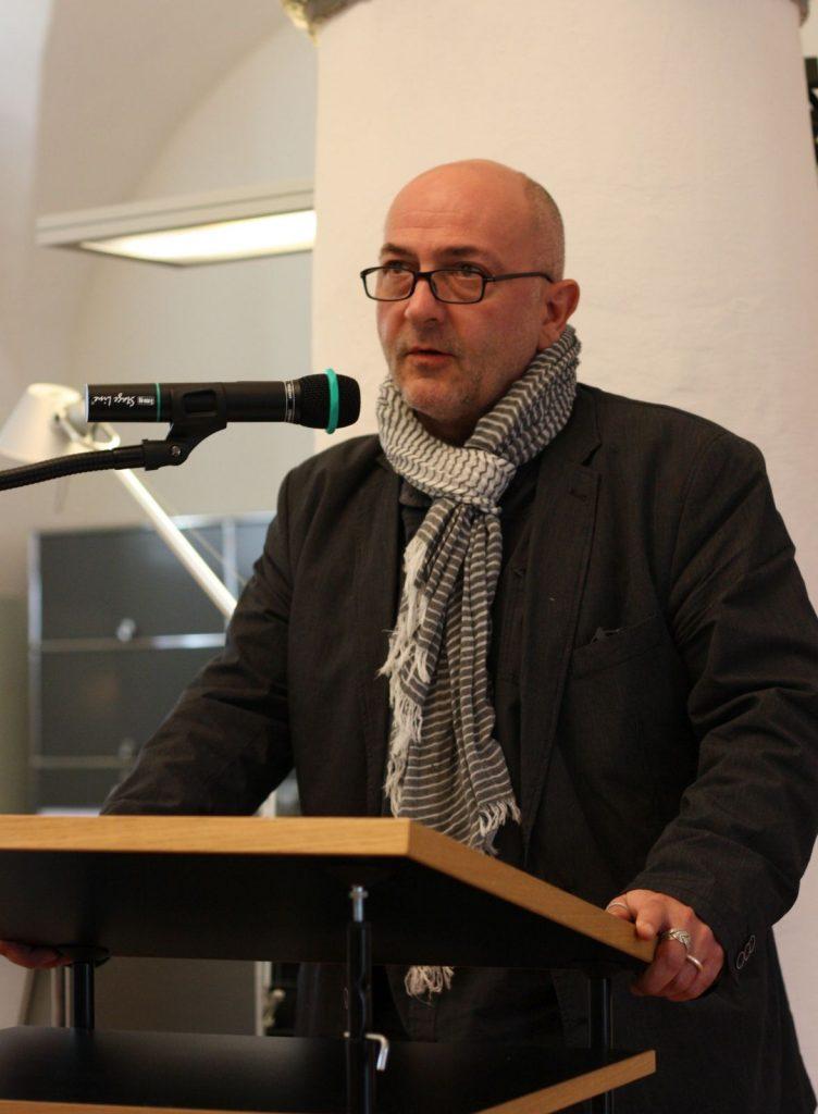 Markus Bundi klärt über die publizistische Notlage der Lyrik in der Schweiz auf. Foto: Jan-Eike Hornauer
