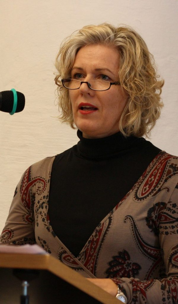 Bärbel Wolfmeier berichtet von ihren Erfahrungen mit plattdeutscher Lyrik. Foto: Jan-Eike Hornauer