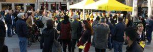 Der Stand von Amnesty International und DAS GEDICHT auf dem Münchner Marienplatz erregt viel Interesse.