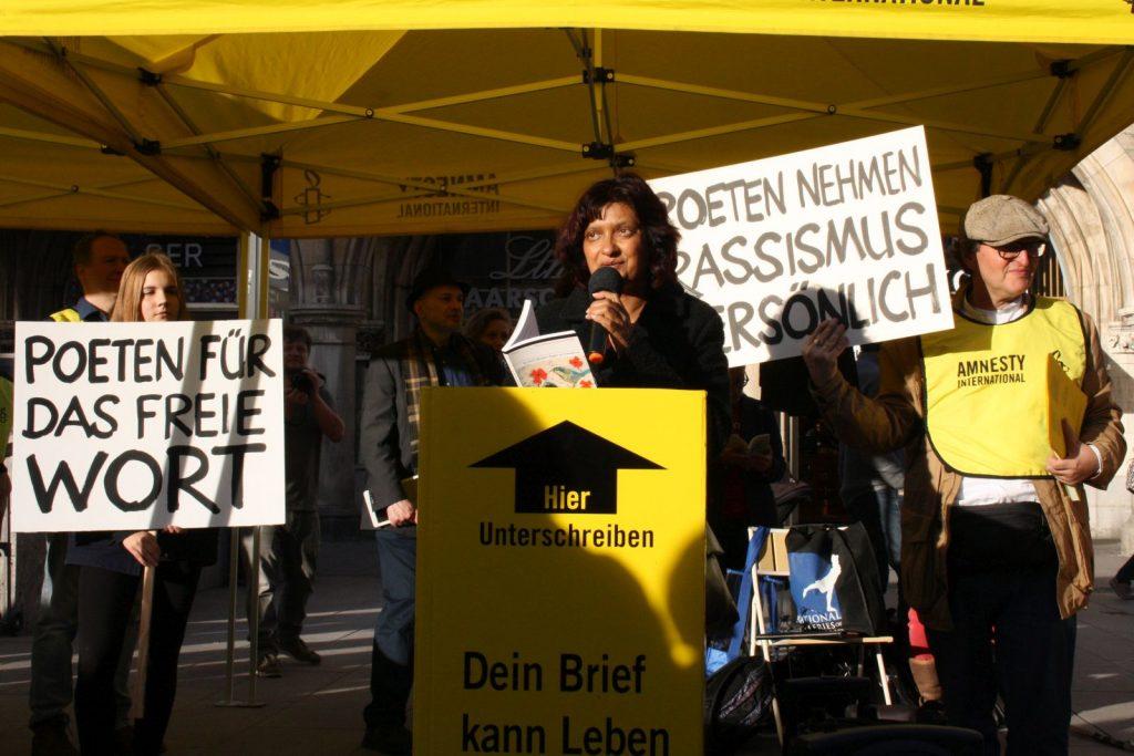 Sujata Bhatt trägt Verse für mehr Menschlichkeit vor. Foto: Jan-Eike Hornauer