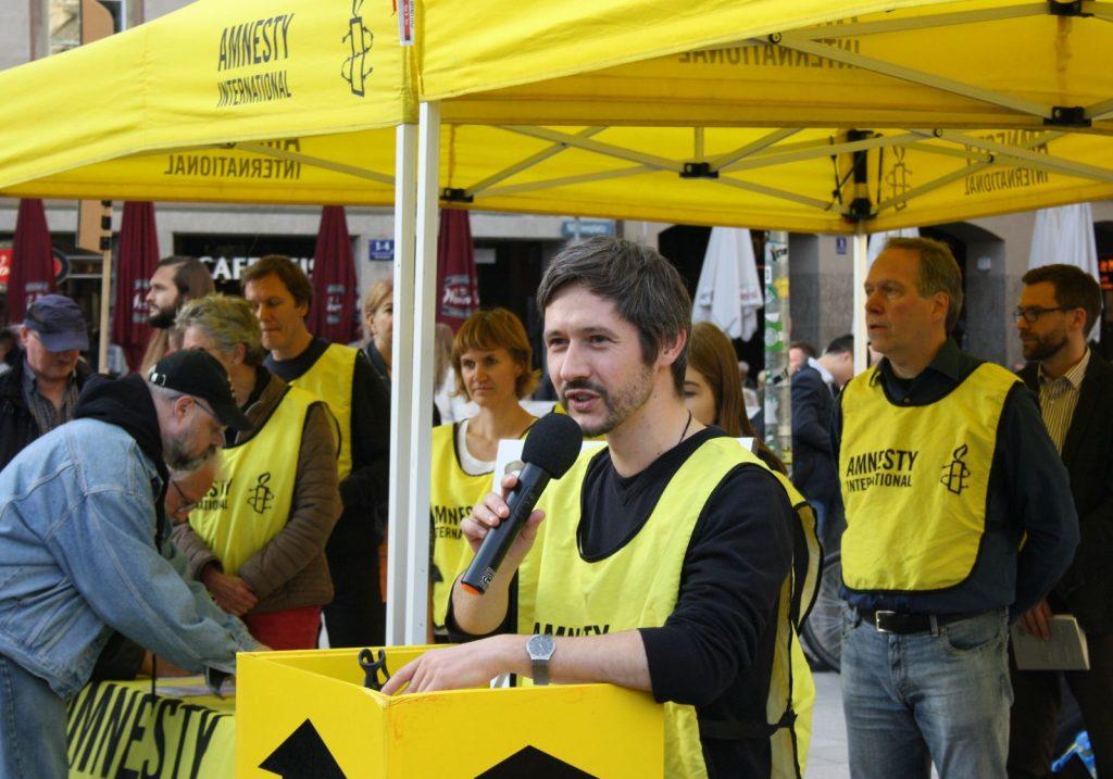 Mark-Oliver Fischer, Sprecher der örtlichen Amnesty-International-Gruppe gegen die Todesstrafe, spricht sich für Meinungsfreiheit und Menschenrechte aus. Foto: Jan-Eike Hornauer