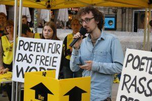 Timo Brandt fordert erst, die Menschenwürde endlich zu achten, und liest dann Verse, die genau dies unterstützen. Foto: Jan-Eike Hornauer