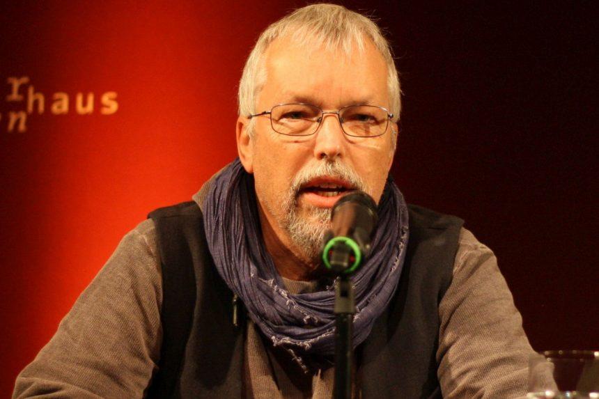 Uwe-Michael Gutzschhahn hat abermals einen Kindergedichtteil für DAS GEDICHT zusammengestellt; hier trägt er sein Gedicht »Sieben Leben« vor. Foto: Jan-Eike Hornauer