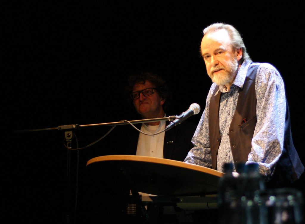 Werner Gruban (Theaterforum Gauting e.V.) beim Grußwort zum Lyrikstier. Foto: Jan-Eike Hornauer