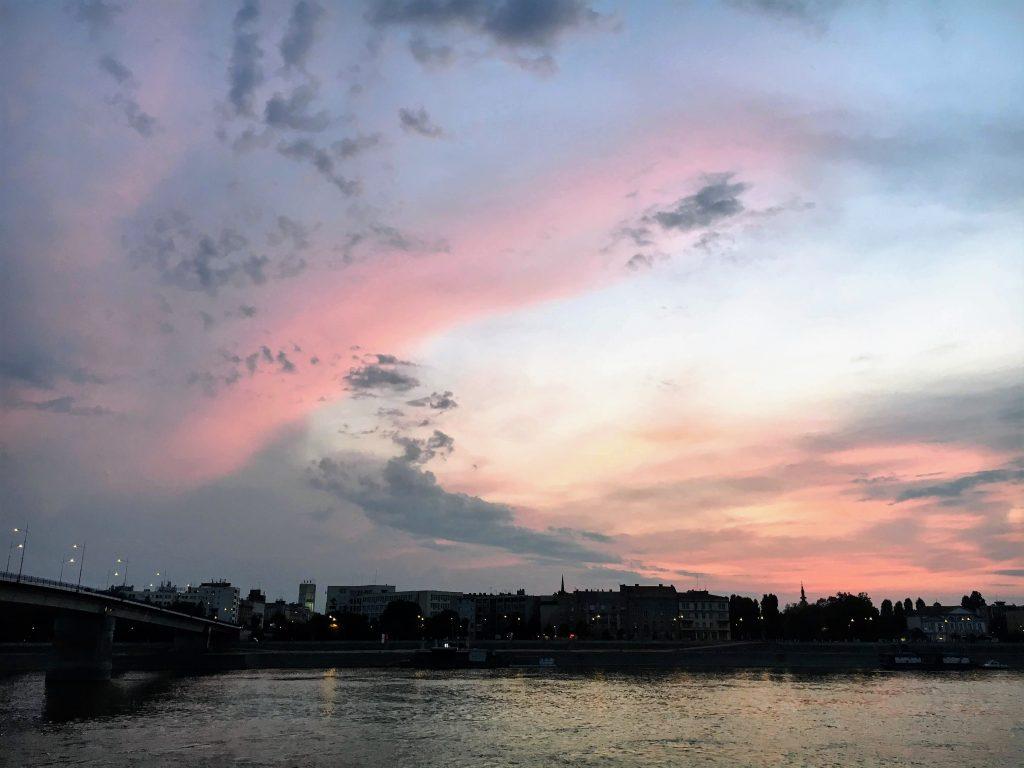 Tropischer Sonnenuntergang über Novi Sad