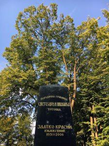 Die Grabstele des serbischen Dichters und Übersetzers Zlatko Krasni in Belgrad